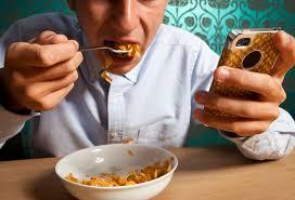 استخدام الهاتف أثناء الطعام