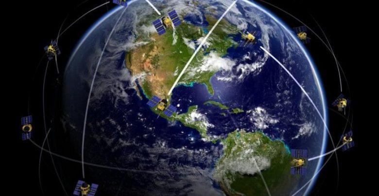 """""""إيلون ماسك"""" يعرض أول أقمار الإنترنت المجهزة للإطلاق"""