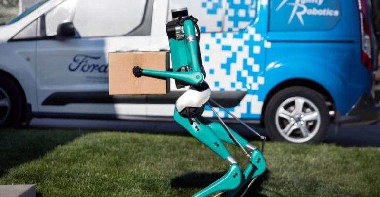 لأول مرة.. فورد تعرض روبوتًا مع سيارة ذاتية القيادة لتسليم الطرود (فيديو)