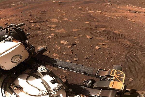 """الروبوت الجوال """"برسيفرانس"""" يتحرك للمرة الأولى على المريخ"""