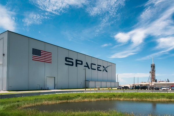سبيس إكس تعلن حجز جميع مقاعد أول رحلة فضائية طاقهما من المدنيين
