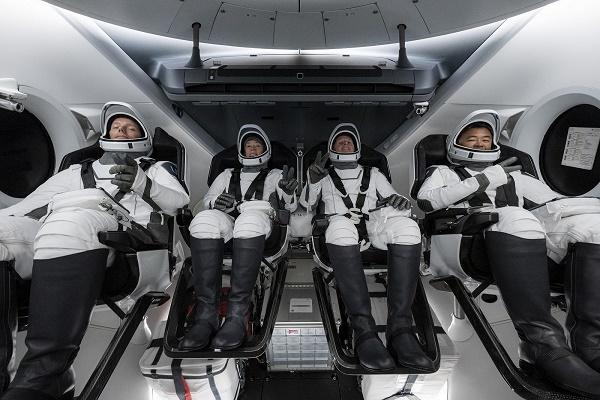 الكبسولة إنديفور تصل إلى المحطة الدولية وعلى متنها أربعة رواد فضاء