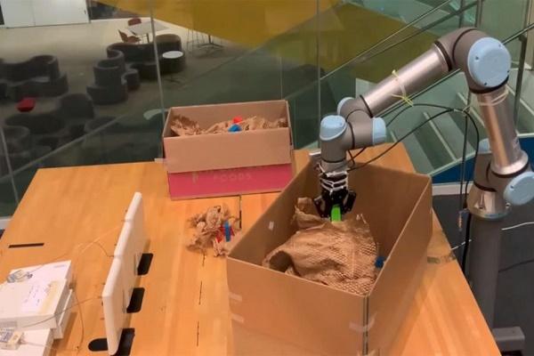 روبوت RF-Grasp يستشعر الأشياء المخفيه