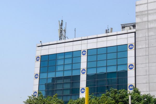 """""""غوغل"""" و""""جيو"""" يكشفان النقاب عن هاتف ذكي منخفض التكلفة للمستهلكين في الهند"""